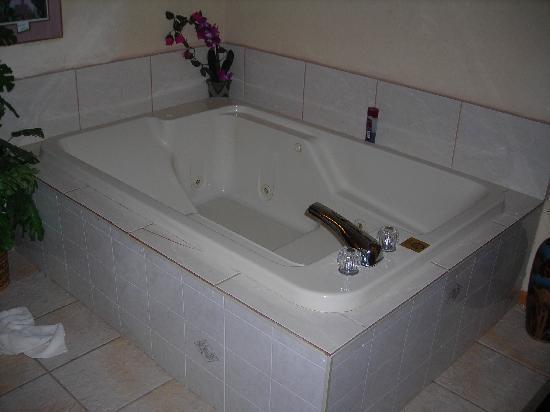 Best Nights Inn : whirlpool in a $60 room !!!!