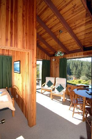 Mapua Chalets: Alpine lounge overlooking the bay