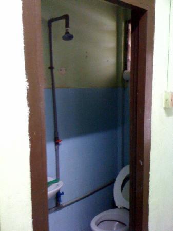 Sematan, Malaisie : the basic bathroom.