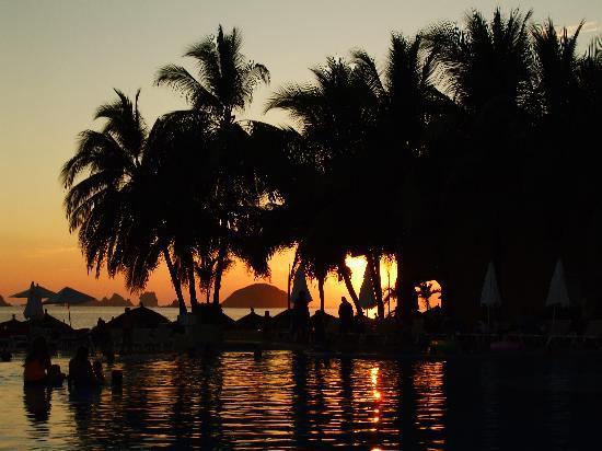 Tesoro Ixtapa: sunset over the pool