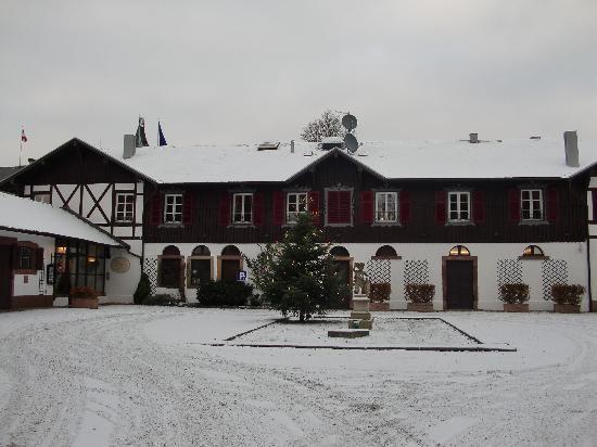 Hotel Château de Pourtales: Front of the Hotel