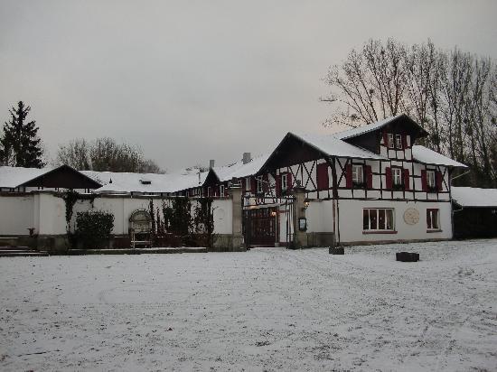 Hotel Château de Pourtales: Side of hotel