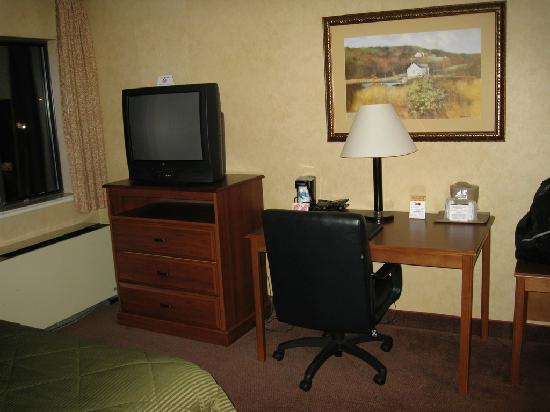 Comfort Inn Trolley Square : Desk area and TV