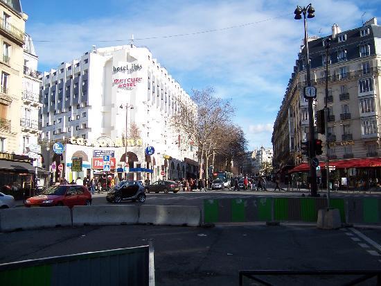 Ibis Paris Montmartre 18ème : Two hotel in the same building: first is Mercure entrance, then Ibis