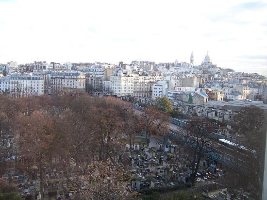 Ibis Paris Montmartre 18ème : View from a window. No noise, as the bridge is not busy