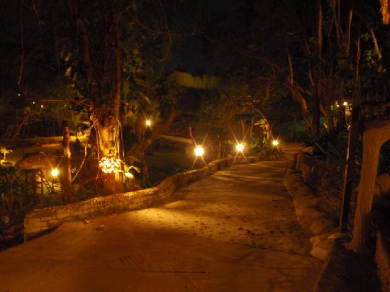 MOONLIGHT Exotic Bay Resort : Walk from our bungalow to the restaurant/bar/beach