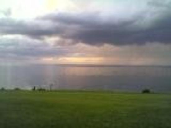 Youngstown, Νέα Υόρκη: Thunderstorm coming in from Toronto accross Lake Ontario