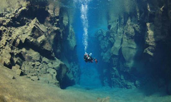 Thingvellir, Island: Eftersom jag inte har någon undervattenskamera så har jag lånat ett foto på hur det ser ut under