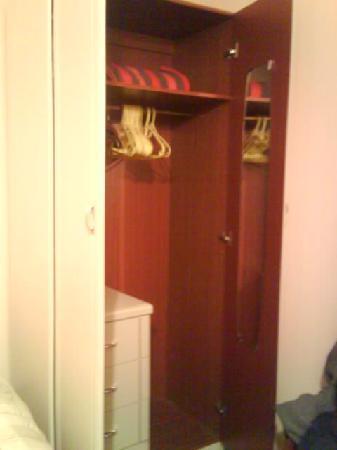 Crofton Guest House : Wardrobe