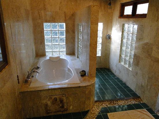Sunrise Tropical Resort: Beeeg bathroom