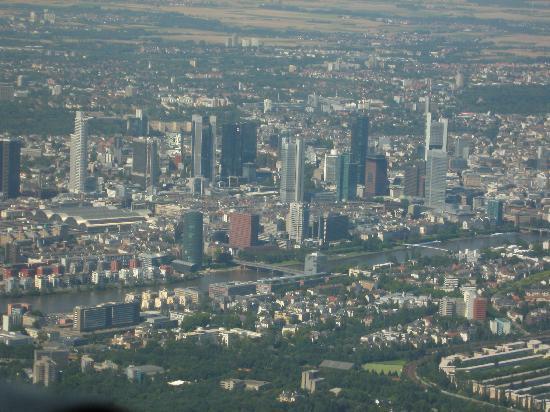 เชอราตันแฟรงเฟิร์ต แอร์พอร์ทโฮเต็ล&คอนเฟอเรนซ์ เซ็นเตอร์: downtown Frankfurt from the air after takeoff