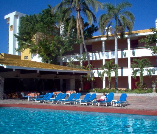 El Cid Granada Country Club: Pool & El Patio Restaurant at El Cid Granada