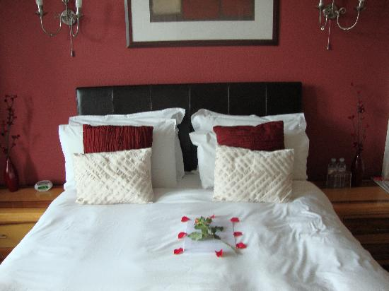 Dunmor House: Roses for Valentines stay - Nice Touch!