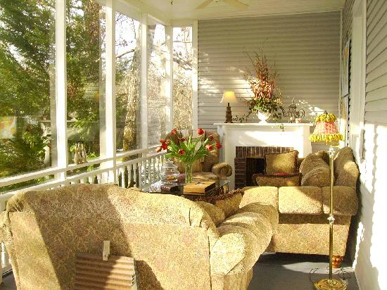 Sweet Gum Bottom Bed & Breakfast: sunroom