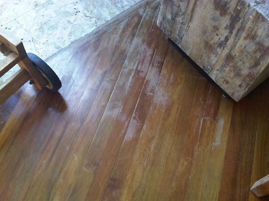 Jade Mountain Resort: Floor in urgent need of varnish