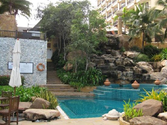 Garden Cliff Resort and Spa: The lower pool and waterfall