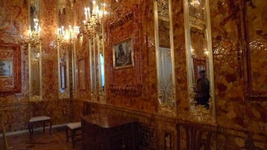 Catherine Palace and Park: OMG, don't tell anyone, but this is a rare picture of the amber room (entire room made with Ambe