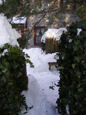 Limestone Inn: side snowly entrance to Inn
