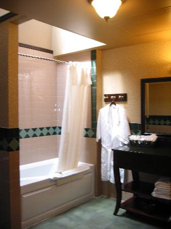 Iron Horse Inn & Suites: Gigantic bathroom - yes, those are stone countertops.