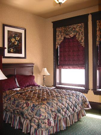 Iron Horse Inn: The enormous and very comfortable bed in the master bedroom.
