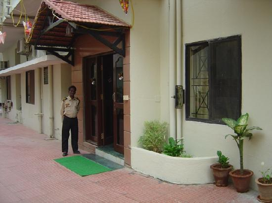 Green View Guest Houses: Entrance to Green View