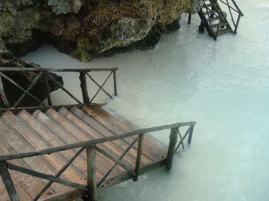 The Z Hotel Zanzibar: Tide coming in at hotel steps
