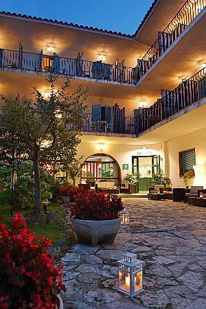 Hotel Bell Repos: garden at night