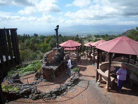 Made in Maui Tour: クラ・ロッジ 目の前の石釜でピザを焼いています。