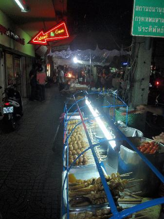 Bangkok Living: The always vibrant nightlife of Sa Pong Quay...the street is lined with great food stalls