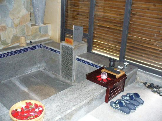 BEST WESTERN PREMIER Trithorn Hotspring Resort: A personal bath, who can beat that?