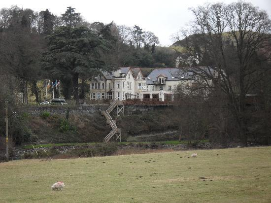 White Waters Country Hotel: The Hotel from the other side of the river.