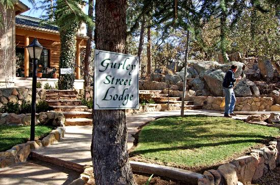 Gurley Street Lodge: Beautiful grounds, relaxing and fun.