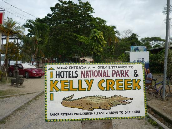 Kelly Creek Hotel: Entrance to hotel and park