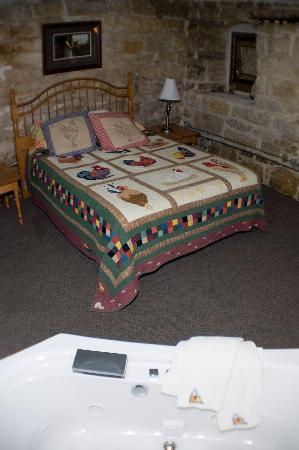 Stone Mill Hotel & Suites: Egg Jacuzzi Suite