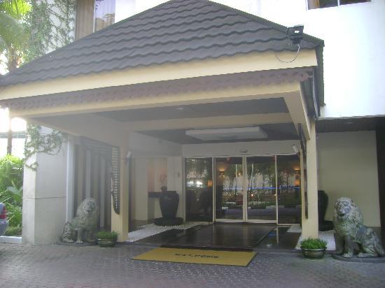 Shah's Village Hotel: Front Door