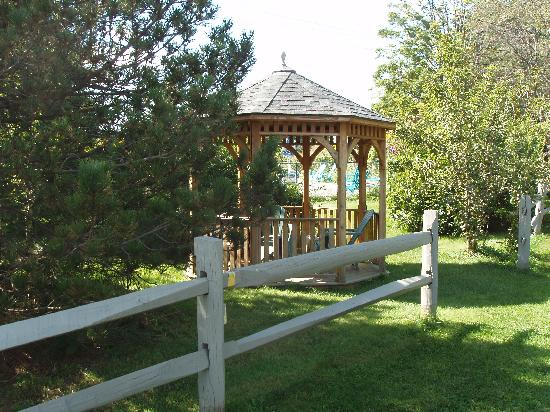 Gateway Inn & Suites of Cooperstown: Gazebo in the Trees