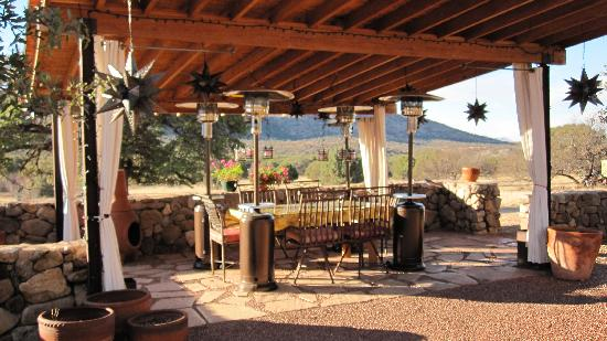 Sunglow Ranch - Arizona Guest Ranch and Resort: Dining al fresco