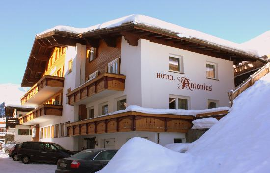 Hotel Antonius Lech am Arlberg: Antonius seen from the centre side