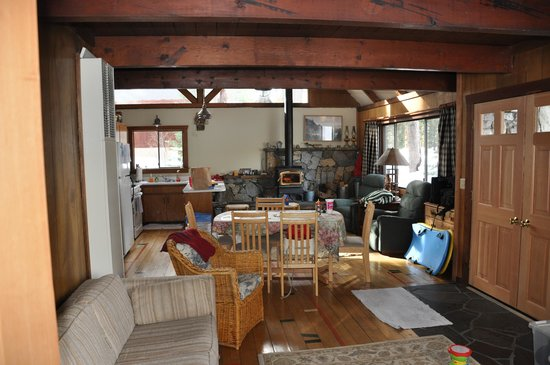 Donner Lake Inn Bed and Breakfast : family room view