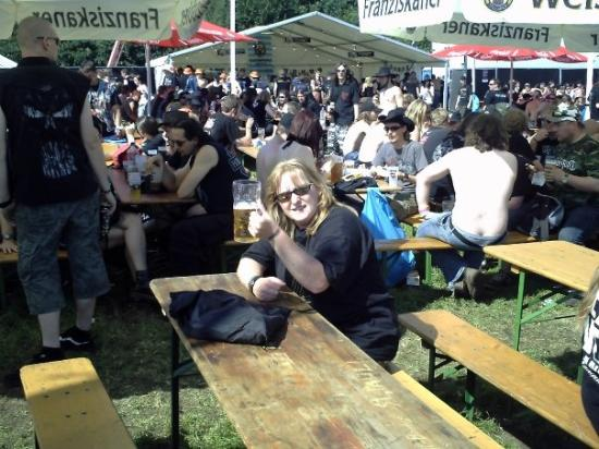 Wacken, Tyskland: beer garden blues