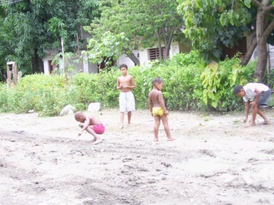Ninos Jugando En La Calle El Congris El Salvador Guantanamo