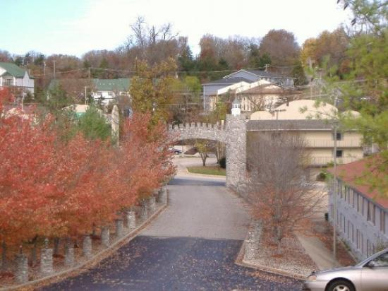 The Stone Castle Hotel & Conference Center: Closeup of gated arch
