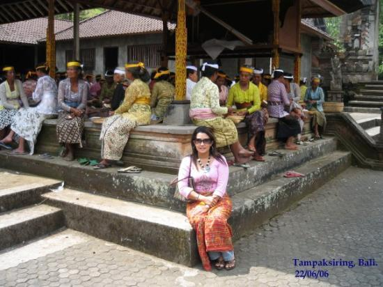"Tampaksiring, อินโดนีเซีย: Background, they were so busy preparing their food for festival. Sediakan rempah ratus untuk ""ba"