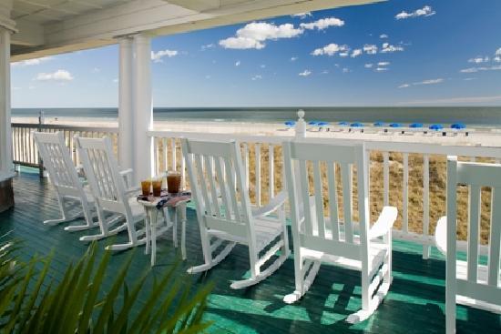 Elizabeth Pointe Lodge: Oceanfront Porch