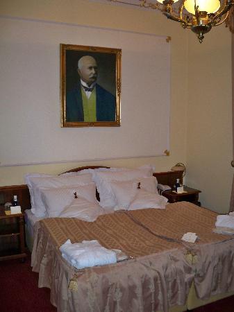 Hotel General: Bett im Zimmer Ferdinand von Zeppelin