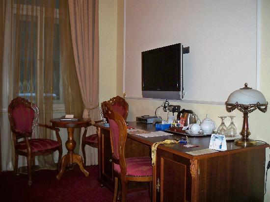 Hotel General: TV und Schreibtisch im Zimmer Ferdinand von Zeppelin