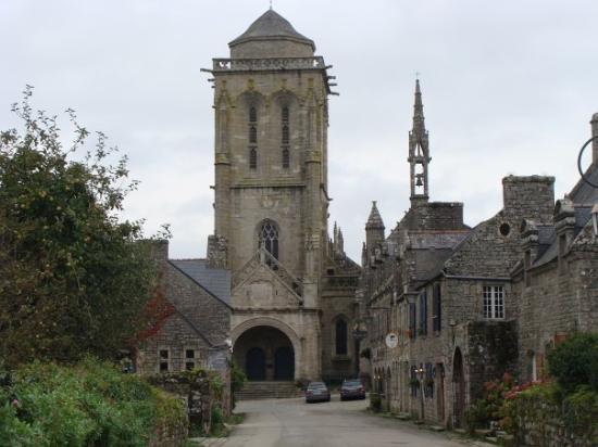 Locronan, Francja: Vue sur l'église.