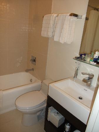 Hotel Vertigo: Room 512 - Bathroom.. (clean and pretty nice)