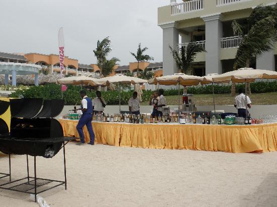 Iberostar Grand Hotel Rose Hall: bar at the beach bbq