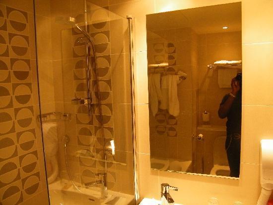 BEST WESTERN Villa Des Artistes: bath